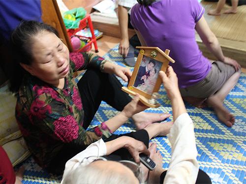 Người thân đại úy Nguyễn Đào Hồng Tâm, 1 trong 18 chiến sĩ hy sinh, nhiều ngày qua đã khóc cạn nước mắtẢnh: Nguyễn Quyết