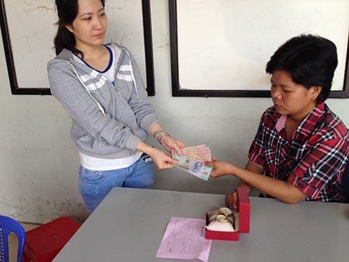 Nhân viên Công ty TNHH Mua sắm Đồng Tâm trả lại tiền cho khách hàng mua phải đồng hồ kém chất lượng