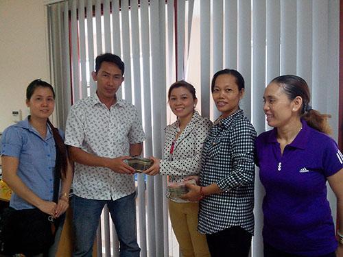 Đại diện công nhân phân xưởng DS1 Công ty TNHH Pou Yuen trao tiền ủng hộ các chiến sĩ Cảnh sát biển