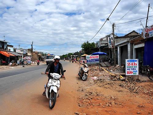 Nhiều nhà dân (đoạn qua huyện Mộ Đức, tỉnh Quảng Ngãi) vẫn chưa di dời, thậm chí vẫn còn kinh doanh