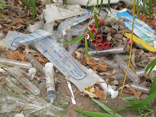 Kim tiêm được người nghiện sử dụng xong vứt bừa bãi tại bờ sông Sét trên đường Giải Phóng, quận Hoàng Mai, Hà Nội