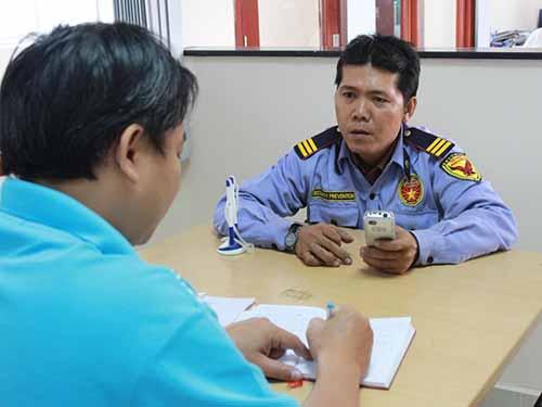 Ông Nguyễn Quang Minh (phải) bức xúc về việc Công ty Nam Bảo Sơn không trả tiền đã vay của ôngẢnh: Trường Nguyễn