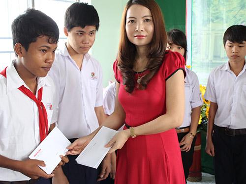 Đại diện Vingroup trao học bổng cho học sinh có thành tích tốt trong học tập
