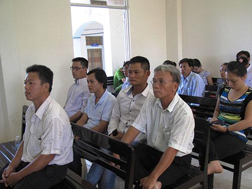 Bị cáo Quang (ngồi hàng đầu) và các nhân chứng tại phiên tòa