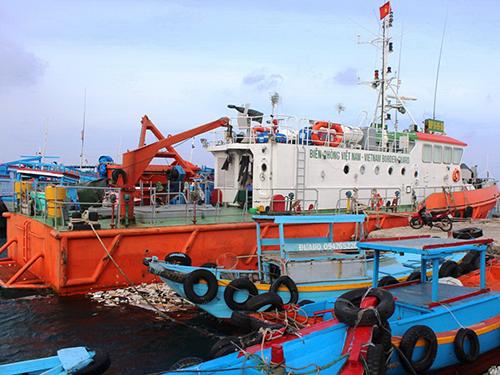Tàu cứu hộ của Bộ đội Biên phòng tỉnh Bình Thuận luôn túc trực tại cảng Phú Quý để giúp ngư dân