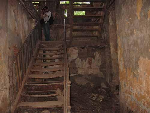 Bên trong ngôi biệt thự ở Thành cổ Biên Hòa, nhiều hạng mục đã hư hại, đổ nát