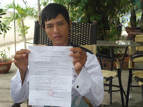 Trần Văn Đỡ, 1 trong 7 thanh niên bị Công an tỉnh Sóc Trăng bắt oan, vừa nhận quyết định đình chỉ điều tra