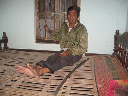 Ông Trần Ngọc Châu hằng ngày bị bệnh tật hành hạ trong khi gia cảnh rất khó khăn