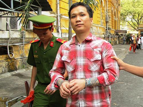 Lê Hoàng Anh bị dẫn giải ra tòa trong phiên xử ngày 18-3