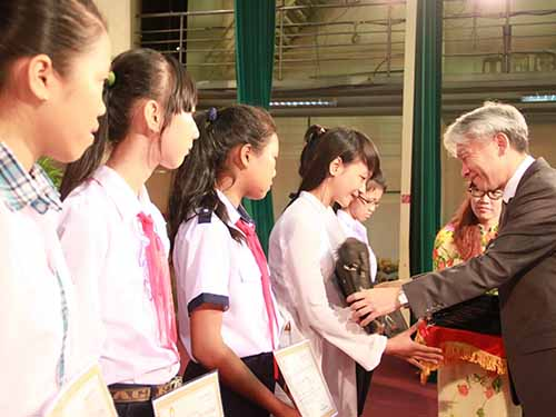 Ông Hiroharu Motohashi, Tổng Giám đốc Công ty Ajinomoto Việt Nam, trao học bổng cho học sinh nghèo hiếu học