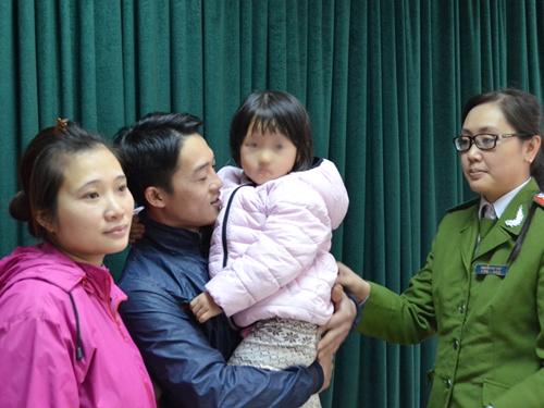 Công an TP Hà Nội bàn giao bé Nguyễn Thị Thanh Hằng cho gia đình sáng 15-12