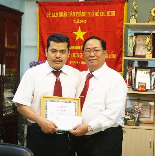Ông Tạ Long Hỷ, Phó Tổng Giám đốc Vinasun (bìa phải), trao giấy khen cho tài xế Nhã