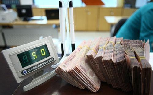 Ngân hàng đồng loạt cắt giảm lương, thưởng, lợi nhuận... vì Covid-19 - Ảnh 1.