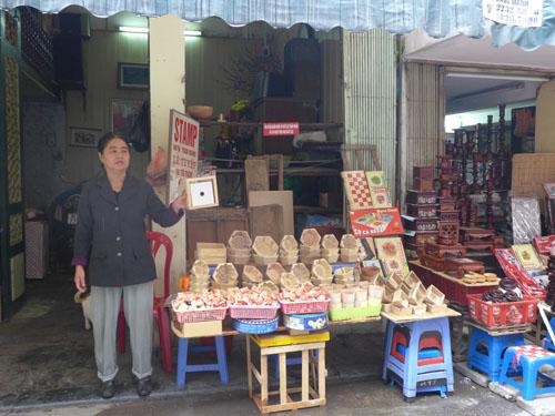 Bán khuôn bánh chưng trên phố Tô Tịch