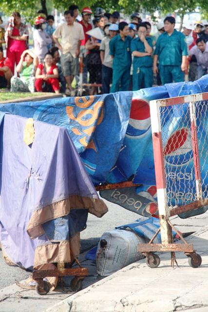Bao tải đựng thi thể bà Hạnh đã bị cắt rời, phát hiện vào sáng sớm ngày 1-10, trước số 596 Võ Văn Kiệt, phường Cầu Kho, quận 1 - TP HCM.