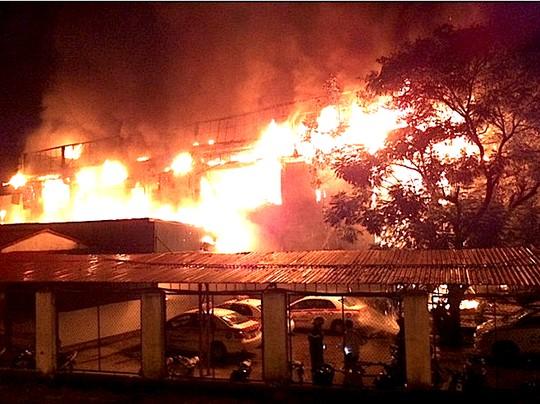 Ngọn lửa trùm toàn bộ quán bar Luxury trong vụ cháy tối 23-9