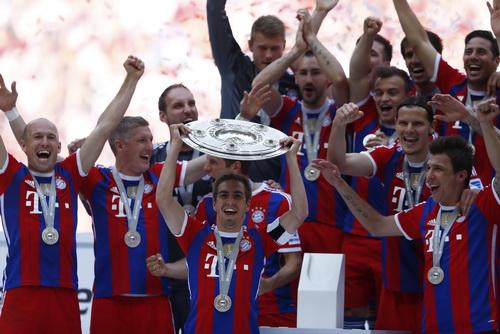 Thủ quân Philipp Lahm và chiếc cúp vô địch Bundesliga