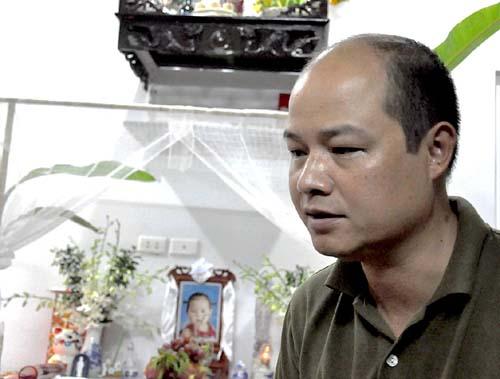 Anh Trần Xuân Bách trước bàn thờ con gái, cháu Trần Nhật Hương