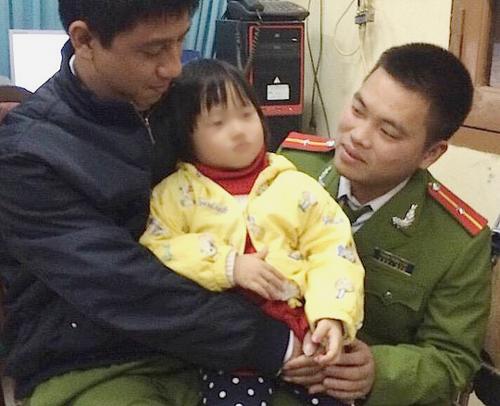 Cháu Nguyễn Thị Thanh Hằng cùng các chiến sỹ cảnh sát Hà Nội - Ảnh Quang Minh
