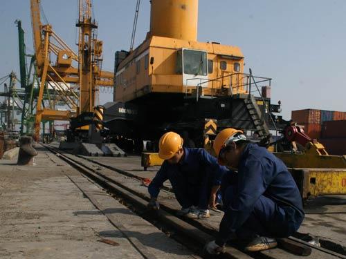 Công nhân Cảng Bến Nghé duy tu, bảo trì cơ sở vật chất