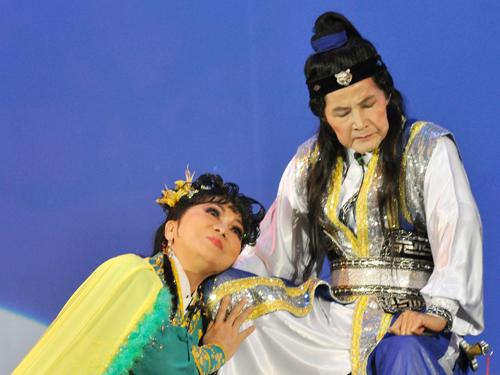 NSND Bạch Tuyết và Tấn Tài trong vở Lệnh Hồ Xung (live show của Tấn Tài năm 2009)