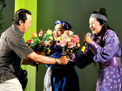 NSƯT Bảo Quốc tặng hoa cho cố nghệ sĩ Kim Ngọc và Tấn Tài trong đêm live show của Tấn Tài năm 2009.