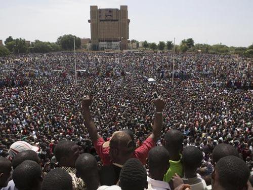 Người biểu tình chống chính phủ tụ tập ở thủ đô Ouagadougou hôm 31-10