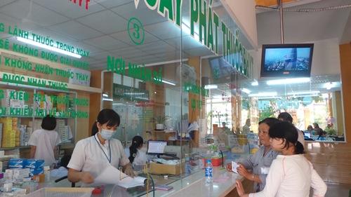 Người dân làm thủ tục khám chữa bệnh BHYT tại Bệnh viện quận 2, TP HCM. Ảnh: Nguyễn Thạnh