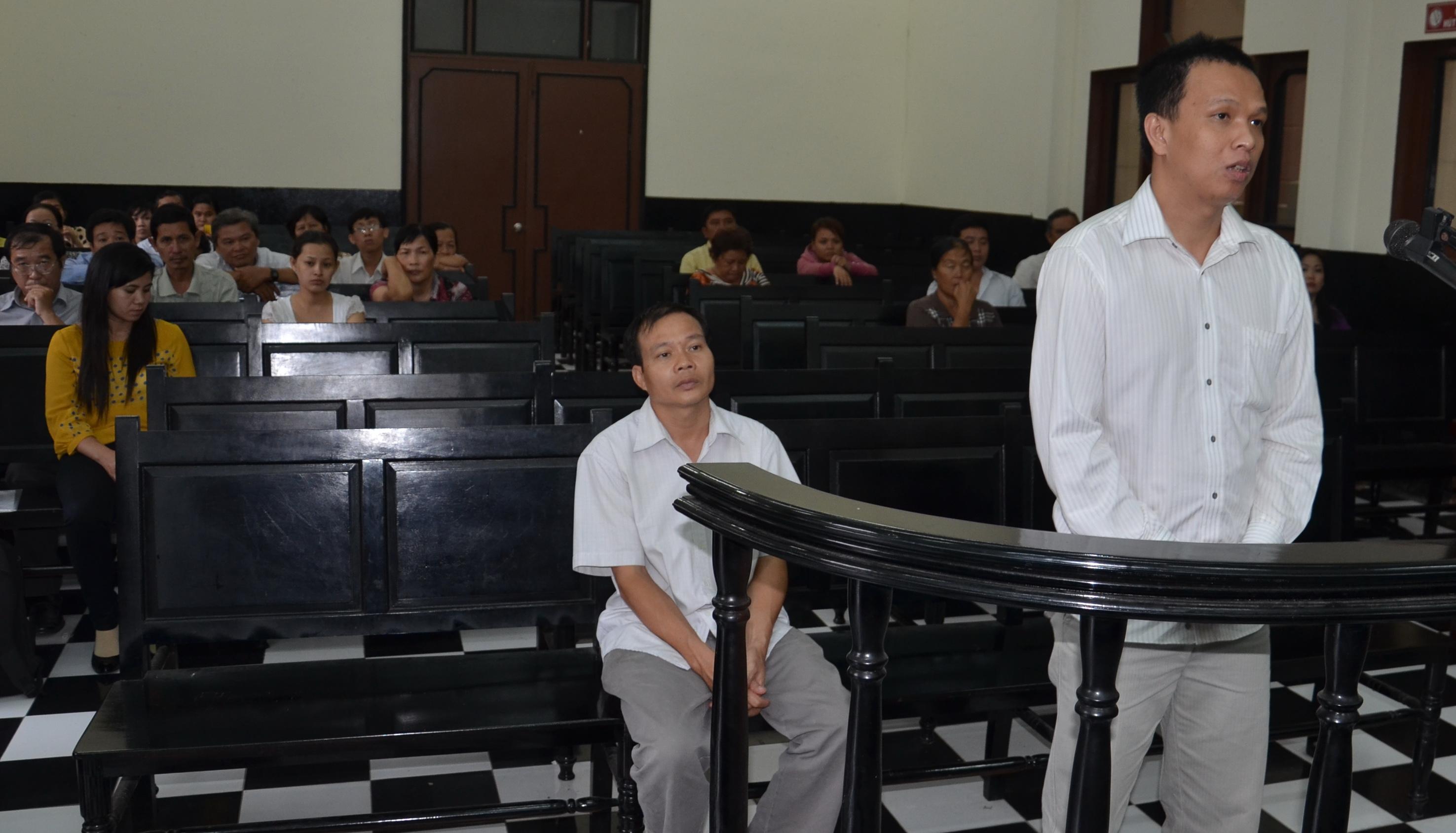 Lính lác nhận án tù trong khi giám đốc bị đình chỉ điều tra vì bị loạn thần