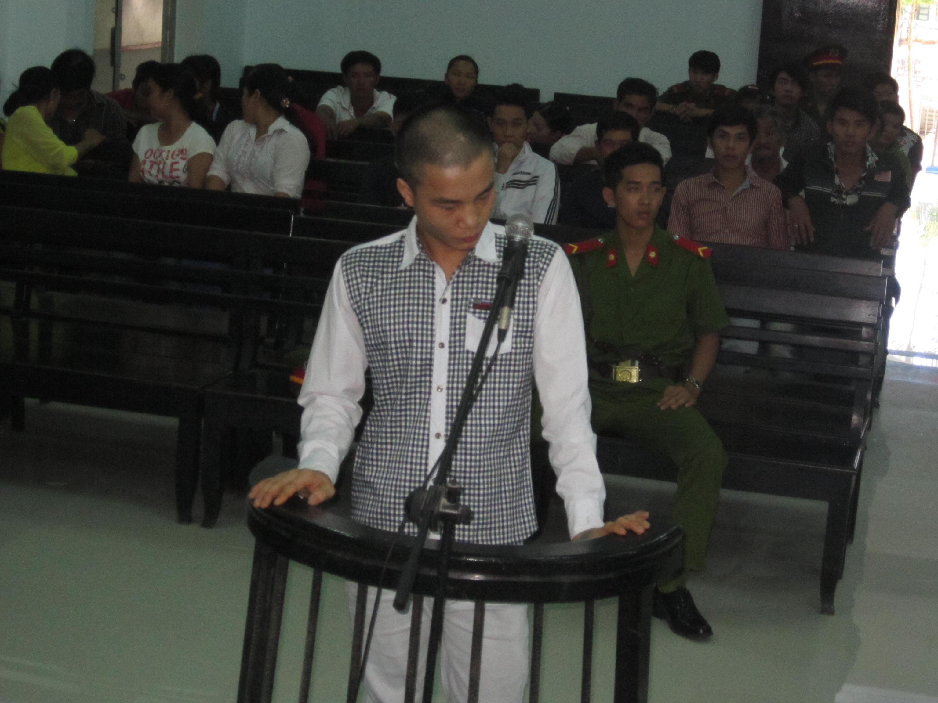 Bị cáo Huỳnh Văn Đông trước vành móng ngựa.