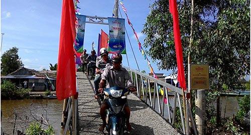 Sau một tháng xây dựng chiếc cầu mới khang trang, vững chãi đã làm thay đổi cuộc sống của người dân xã Nam Thái A, tỉnh Kiên Giang