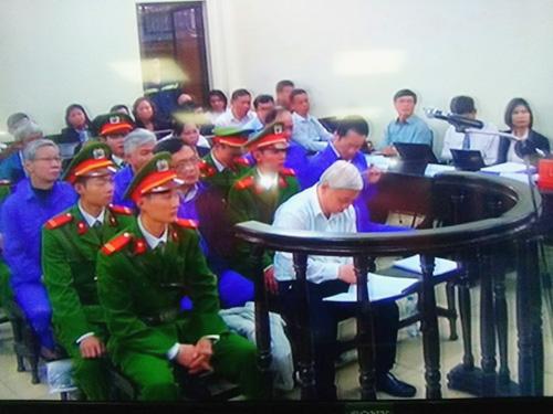 Bị cáo Nguyễn Đức Kiên (bầu Kiên) được tòa cho phép ngồi trình bày - Ảnh chụp qua màn hình