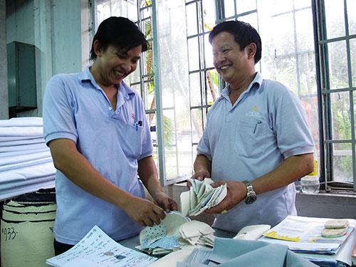 Lăn xả với phong trào, sống hết mình với công nhân, anh Trần Duy Biên, Chủ tịch Công đoàn Công ty TNHH Dae Yun Việt Nam (bìa phải), là thủ lĩnh được tin cậy