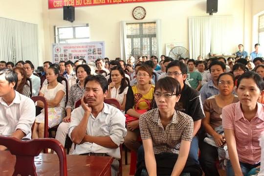 Công nhân và cán bộ CĐ TP HCM nghe phổ biến về tình hình biển đảo ẢNH: THANH NGA