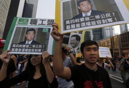 Người biểu tình tếp tục kêu gọi ông Lương Chấn Anh từ chức. Ảnh: Reuters