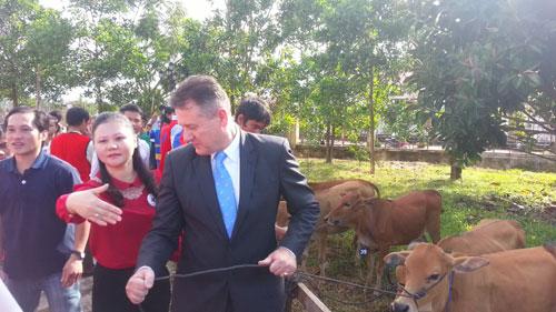 Ông Wilf Blackburn - Tổng Giám Đốc Prudential trao bò cho người dân
