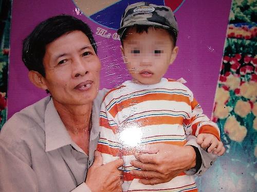 Ông Nguyễn Đức Tân trong lúc nóng giận đã không may giết chết đứa con trai bất hiếu để cứu cháu mình. Ảnh chụp lại ông Tân bên cháu L.