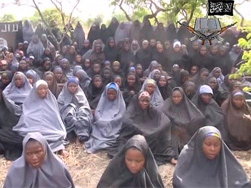 Đoạn phim chiếu cảnh 130 nữ sinh với khăn trùm kín đầu của phụ nữ Hồi giáo, ngồi trên bãi đất và cầu nguyện chương đầu tiên của kinh Koran. Ảnh: Reuters
