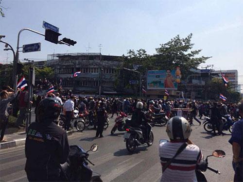 Thái Lan: Bom nổ sát chân ông Suthep, 30 người bị thương