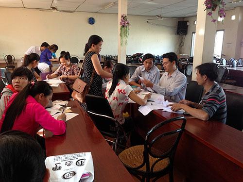 Cán bộ chuyên trách LĐLĐ huyện Củ Chi hướng dẫn công nhân Công ty TNHH Sae Hwa Vina làm thủ tục ủy quyền