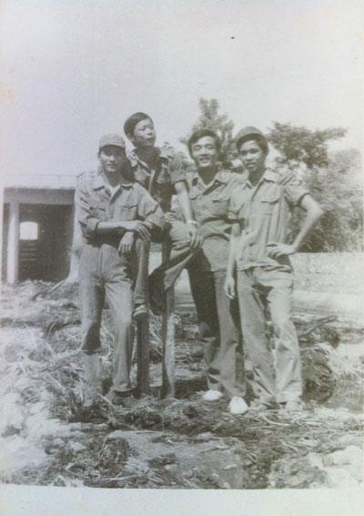 Anh em đồng hương Xuân Lộc tại Quân y viện Sư đoàn 309 ở chiến trường Battambang - Campuchia năm 1987. (Ảnh do tác giả cung cấp)