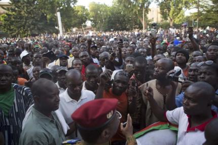 Người biểu tình yêu cầu Tổng thống Blaise Compaore từ chức ngay lập tức. Ảnh: Reuters