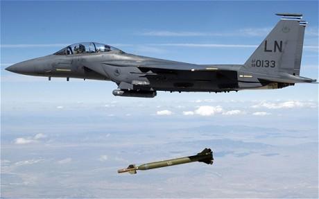 Một chiếc máy bay chiến đấu thả bom xuyên phá. Ảnh: Reuters