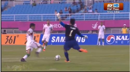 Pha bón dẫn đến phạt đền cho U23 Iran