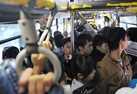 Xe buýt quá tải là môi trường dễ xảy ra quấy rối tình dục. Ảnh minh họa: Xuân Hoa - VNE