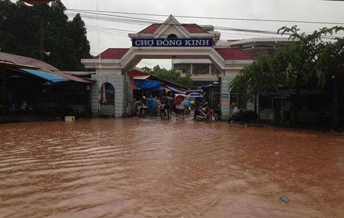 Chợ Đông Kinh ở trung tâm thành phố Lạng Sơn đã bị ngập