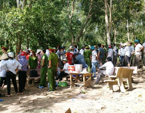 Hàng trăm người dân bức xúc đã tràn vào khuôn viên Công ty CP Nicotex Thanh Thái sáng ngày 30-8, để đào bới tìm kiếm chất độc chôn dưới lòng đất và phạt hiện rất nhiều phuy hóa chất độc hải.