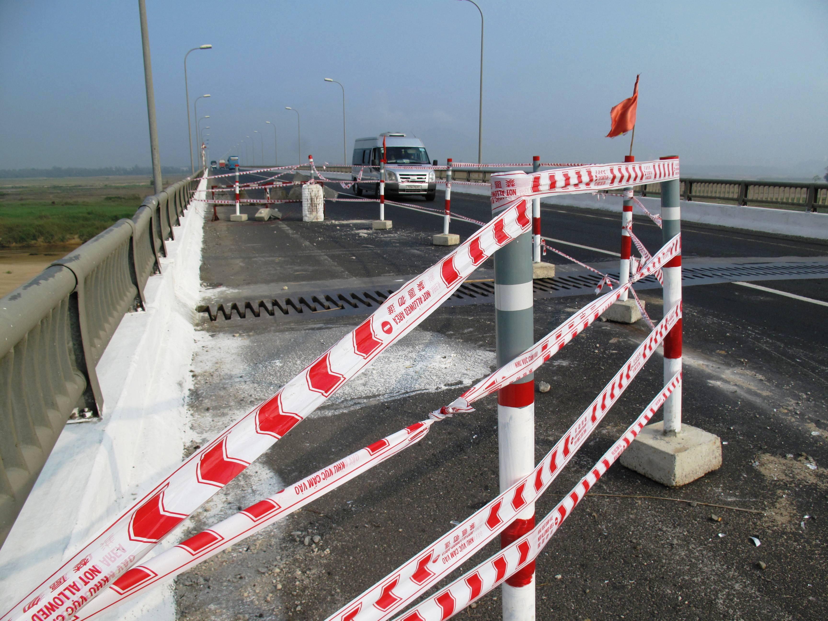 Hiện Cầu Đà Rằng đang bị hạn chế lưu thông sau sự cố