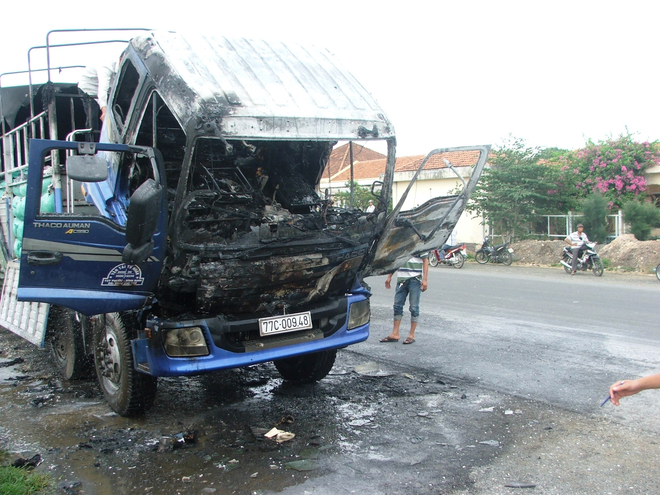 Hiện trường sau khi xe 77C-00948 cháy