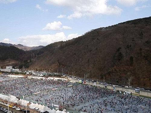 Hàng ngàn người đổ dòng sông Hwacheon ở tỉnh Gangwonđể tham dự cuộc thi câu cá hồi.  Ảnh: Reuters
